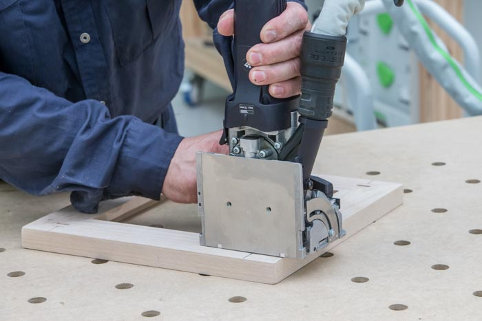 Fot. 14. Frezowanie ramy i nóg stołka