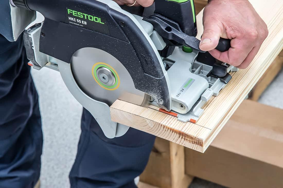 Fot. 3. Szybkie i dokładne cięcie deski z drewna litego pilarką Festool HKC 55 EB