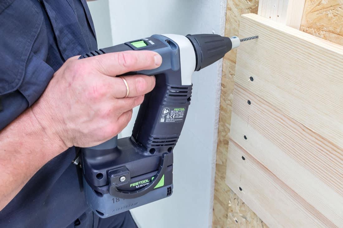 Fot. 5. Wkrętarkę Festool DURADRIVE DWC 18-4500 w trybie manualnym uruchamiamy, naciskając na bitem na wkręt i jednocześnie przyciskając włącznik spustowy