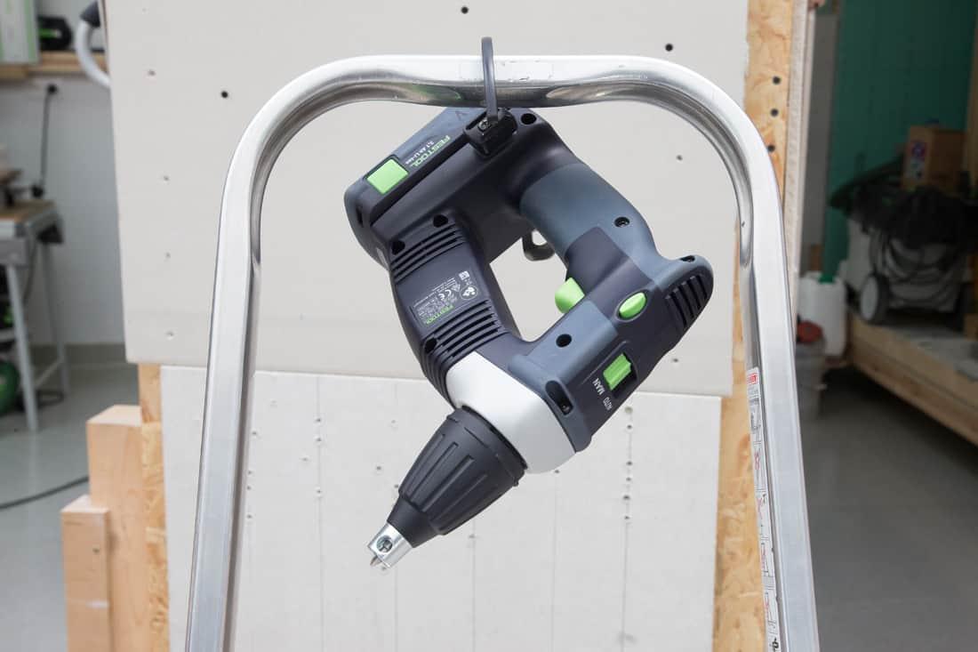 Fot. 17. i 18. Dzięki praktycznemu uchwytowi wkrętarki Festool DURADRIVE DWC 18-2500 i DWC 18-4500 możemy zawiesić na pasku spodni lub drabinie