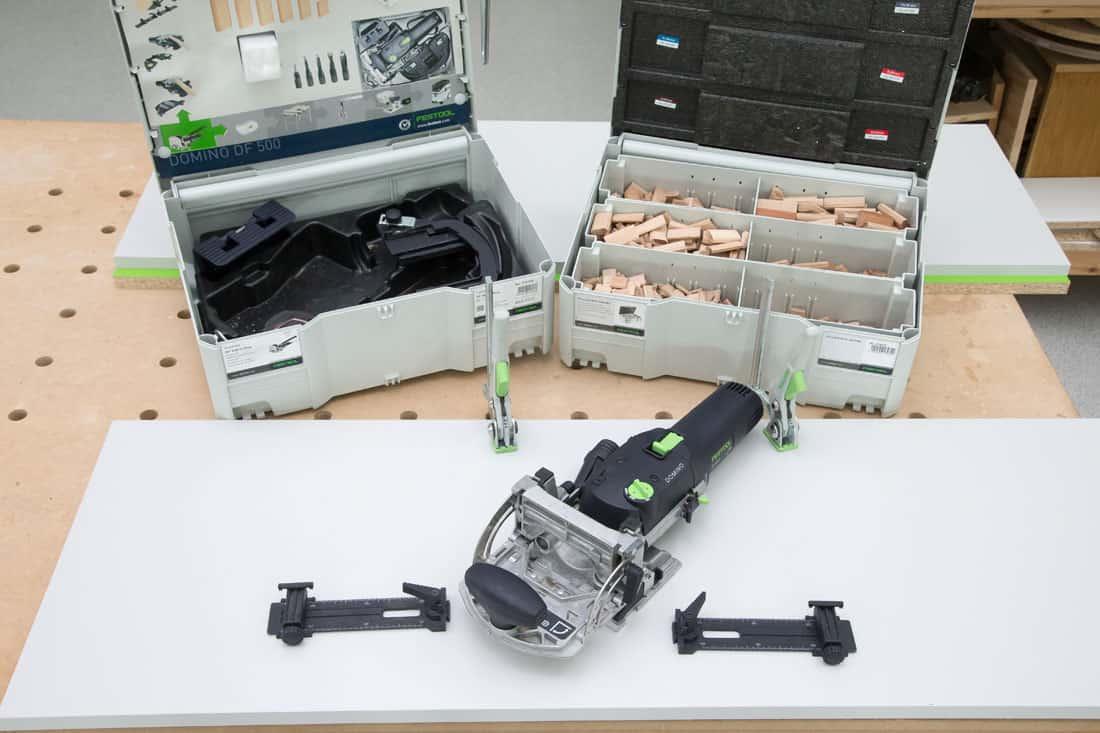 Fot. 25. Frezarka Festool Domino DF 500 i przykładnice poprzeczne Festool QA – DF 500 z trzpieniami ustalającymi precyzyjnie położenie maszyny