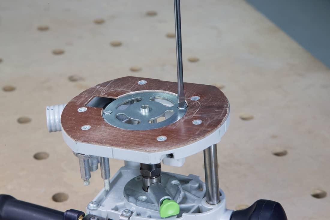 Fot. 13. Wstępne mocowanie pierścienia kopiującego w stopie frezarki
