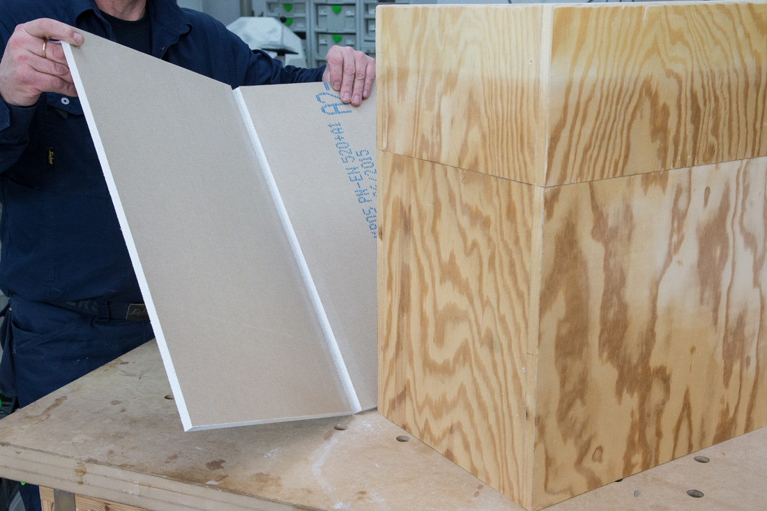 Fot. 13. Pokrywanie elementu drewnianego płytą g-k