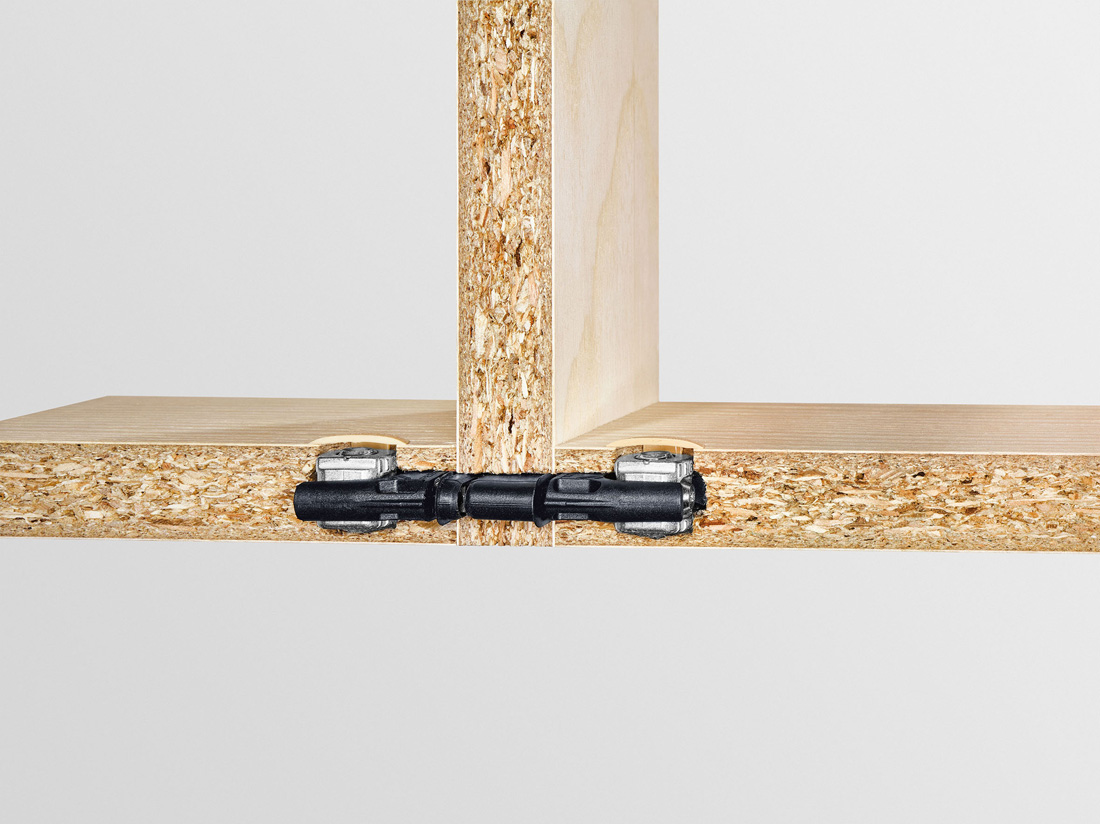 Połączenie środkowe powstaje w taki sam sposób jak połączenie kątowe. Jedyna różnica: w środkowej ściance trzeba wykonać otwór na wylot, przez który przekłada się łącznik.