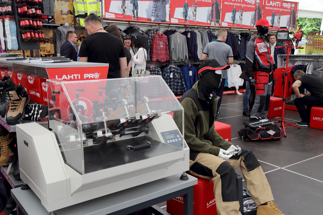 Maszyna do badania wytrzymałości obuwia, jedno z kilku urządzeń, które już niebawem wzbogacą park maszynowy działu kontroli jakości Profix.