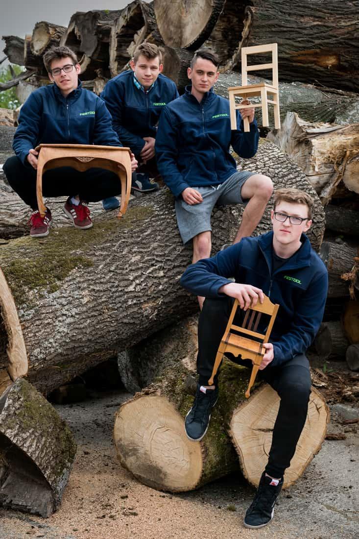 Uczniowie Klasy Festool z pracami uczniów i słuchaczy Szkoły Drzewnej w Garbatce-Letnisku
